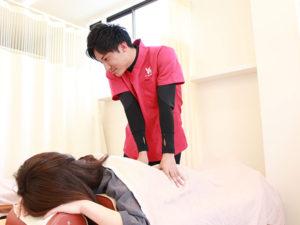 腰への施術の様子